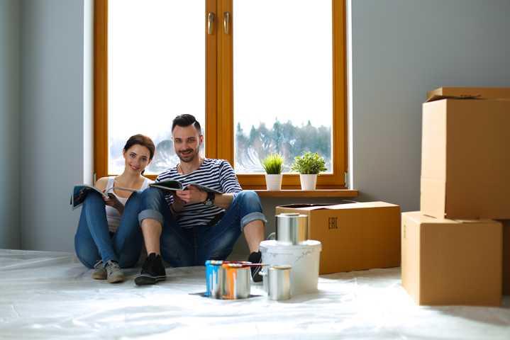 Fröhliches Paar freut sich über Haustrockenlegung